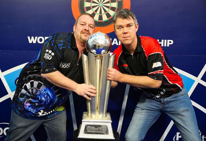 Patrik Welsch (links) und Peter Hoffmann mit dem WM-Pokal im Londoner Ally Pally.