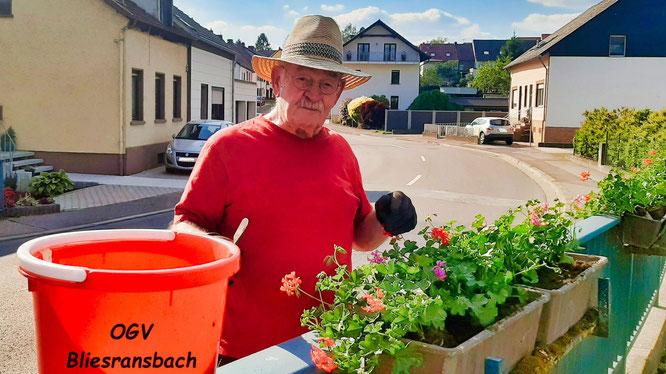 Egon Steffensky half beim Schmücken der Brücke ebenfalls mit. Foto: Petra Hartmann (Verein)