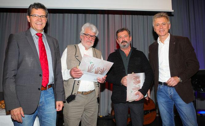 Regionalverbandsdirektor Peter Gillo (links) und Kulturreferent Peter Lupp (rechts) überreichten Josef Lang (Zweiter von links) und Martin Steinert den diesjährigen Kulturpreis.