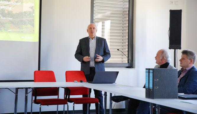Professor Robert Jüpner (links) von der Uniwasser GmbH Kaiserslautern stellte am Mittwoch das Starkregen-Vorsorgekonzept vor. Links daneben: Stephan Strichertz, Bürgermeister von Kleinblittersdorf und André Assmann von der Fa. Geomer GmbH Heidelberg.