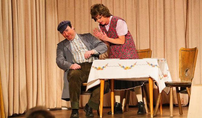 """Der Kultur- und Trachtenverein Bliesransbach spielte bei den Mundarttagen das Stück """"Das Scheesewänchje"""". In dieser Szene mit Stefan Klopp und Angelika Bur."""