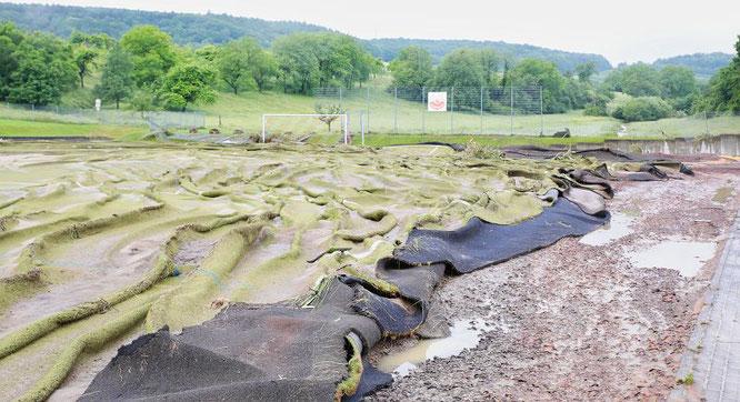 Vor einem Jahr wurde der Kunstrasen bei der Unwetter-Katastrophe total zerstört.
