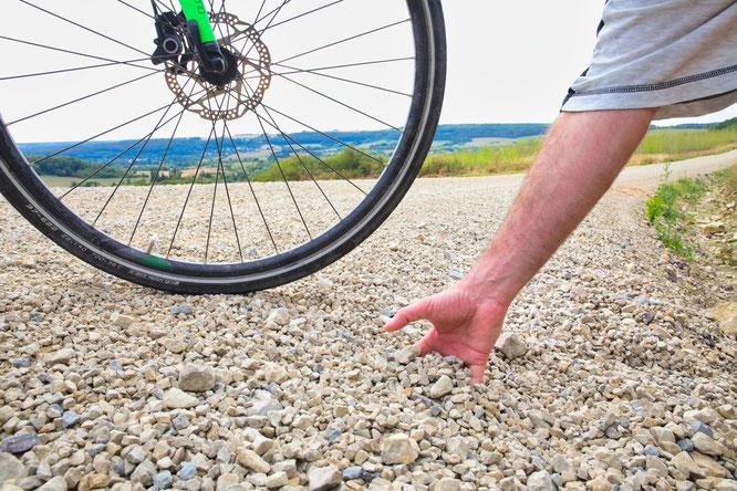 Radfahrer fahren auf der lockeren Deckschicht am besten nur Schritttempo.