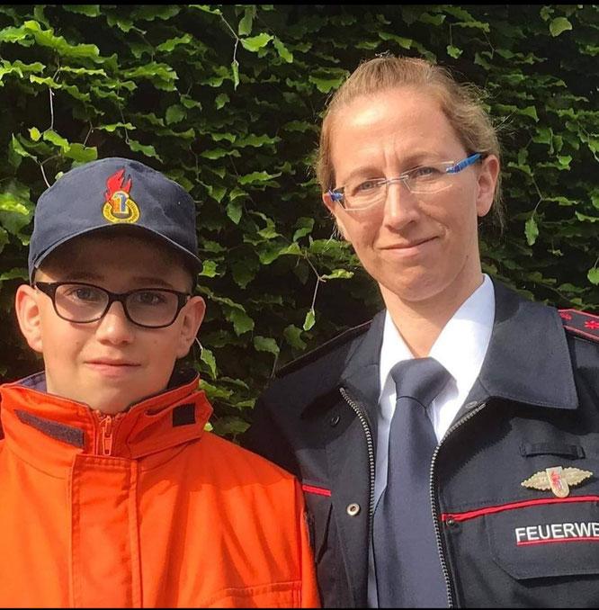 Zwei Feuerwehrleute unter sich: Mama Melanie Faas und ihr Sohnemann Felix.
