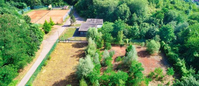 Die drei ehemaligen Tennisplätze in Kleinblittersdorf (Vordergrund) sollen zum Hunde-Freilauf werden.