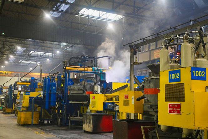 Beim Gießen des etwa 750 Grad heißen Aluminium in mit Wasser benetzte Formen entsteht enormer Wasserdampf, der in den Produktionshallen aufsteigt. Gesundheitsschädliche Stoffe sind, den Messergebnissen nach, nicht in dem Dampf.