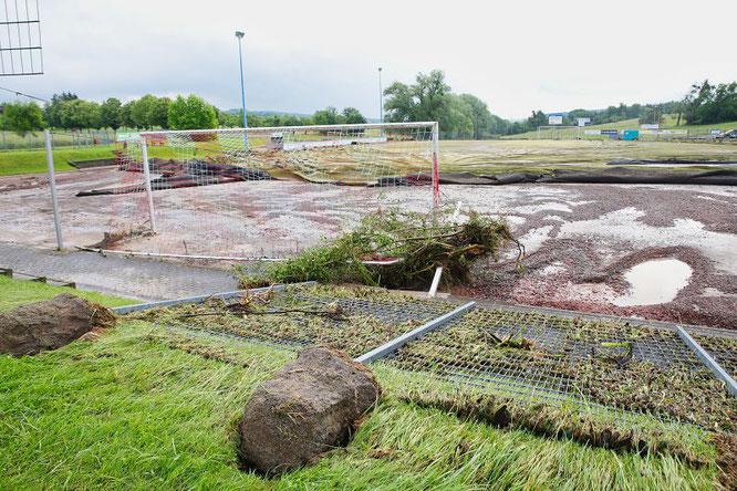 Der Kunstrasen in Bliesransbach wurde durch das Unwetter komplett zerstört.