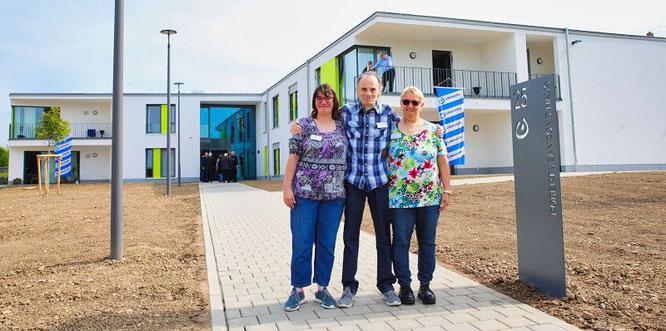 Die Bewohner (von links) Patricia Ehrlich, Hans-Jürgen Bieber und Heike Lindner begrüßten vor dem neuen Robert-Jeanrond-Haus alle Gäste, die zur Einweihung kamen.