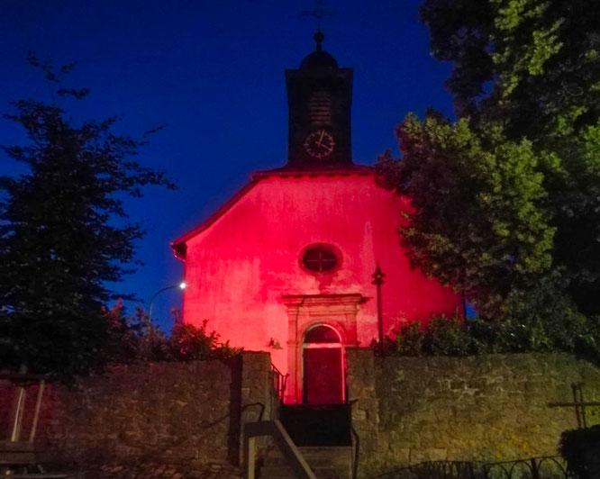 Der Dom in Bliesransbach ganz in Rot. Foto: Holger Fuchs