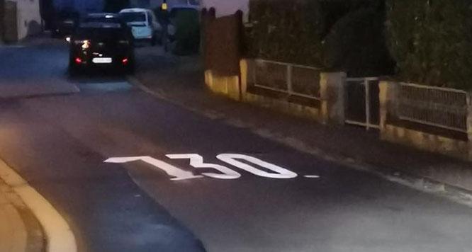 Aus einer 30er Zone wurde über Nacht eine 130er Zone. Im Vergleich zu dem anderen Vandalismus ein verhältnismäßig lustiger Gag.
