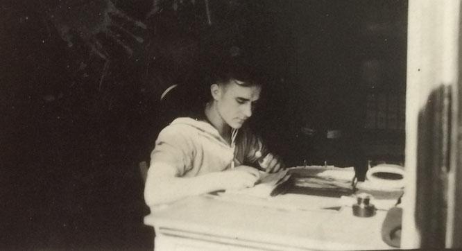 Der Verwaltungsangestellte und Soldat an seinem Schreibtisch in Brest.