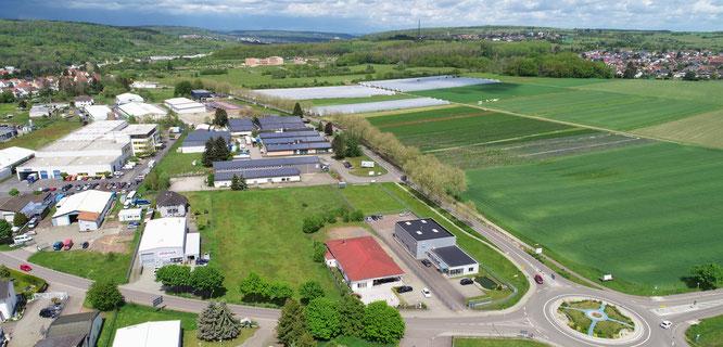 Auf diesem grünen, etwa 4000 Quadratmeter großen Grundstück (vorne, Mitte) soll in Rilchingen-Hanweiler eine Spielhalle gebaut werden. Diese Halle darf dem Gesetz zufolge die Größe von 250 Quadratmetern und zwölf Spielautomaten nicht überschreiten.