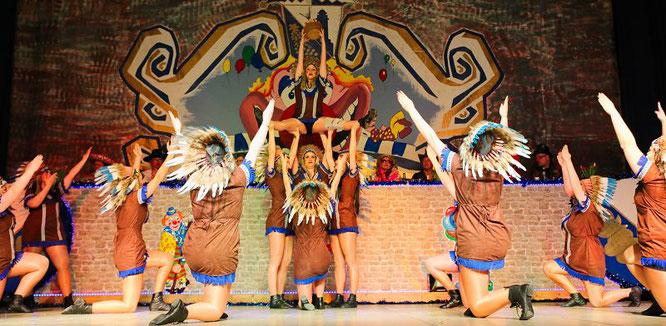 Die Prinzengarde der Rebläuse mit ihrem Indianer-Showtanz.