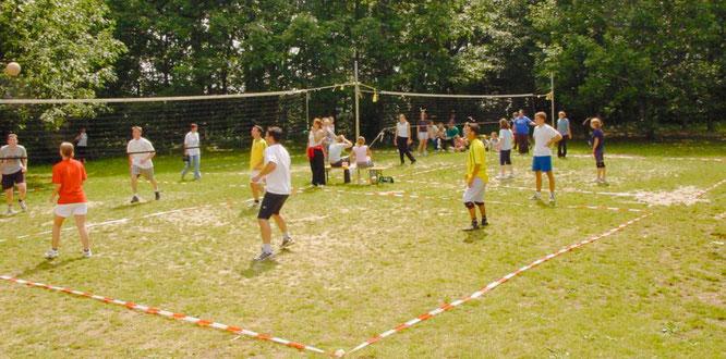 Hinter dem Sportplatz in Sitterswald wurden schon viele Hobby-Volleyballturniere ausgetragen.
