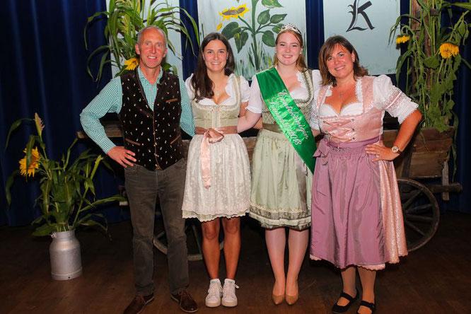 von links: Helmut Brandstetter (Vorsitzender Bauernverein), Julia Fisch (Vorsitzende Jugendclub), Erntekönigin Laura Thörner und Heike Trier (Vorsitzende Landfrauen).