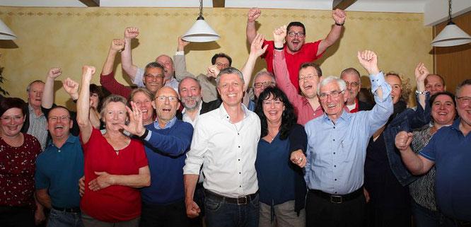 Rainer Lang und die SPD feiern den Wahlsieg im Gasthaus Kessler in Bliesransbach.
