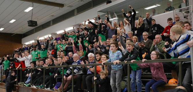 Die Auersmacher Fans jubeln über den Turniersieg.