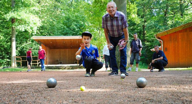 Der sechsjährige Pierre Bopp aus Rilchingen-Hanweiler und der 84jährige Willi Ludt aus Sitterswald sind das wohl außergewöhnlichste Boule-Doppel des Saarlandes.