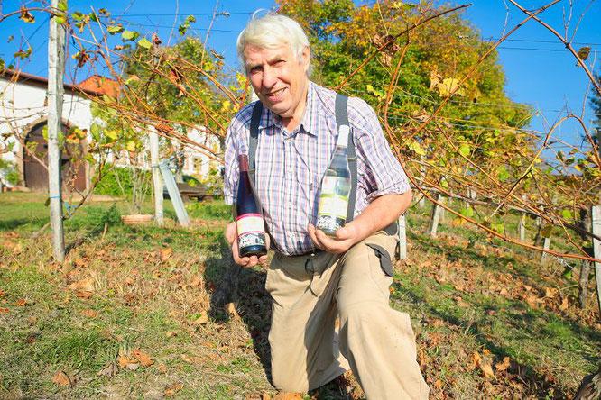 Fritz Kurz vom Ritthof in Bliesransbach präsentiert zwei Flaschen des Ritthofer Hüwel's.