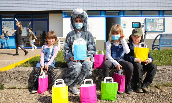 65 Kinder kam am vergangenen Sonntag ins Freibad in Kleinblittersdorf und bekamen von Osterhäsin Lisa kleine Überraschungs-Taschen geschenkt.