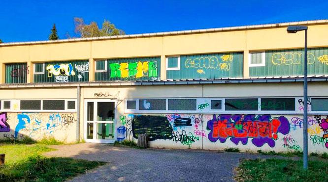 Die Schulturnhalle in Bliesransbach ist rundherum mit Graffiti verschmiert.