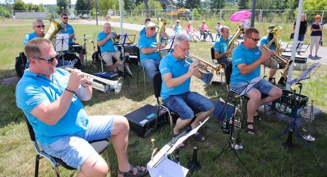 Die Kuchlinger Musikanten spielen auf ihrer musikalischen Sommertour in allen Seniorenheimen in der Gemeinde Kleinblittersdorf.