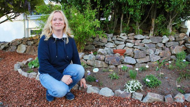 Ilka Hofmann aus Kleinblittersdorf vor ihrem Blühpflanzenbeet im Vorgarten. Sie setzt sich seit drei Jahren leidenschaftlich für Bienen ein.