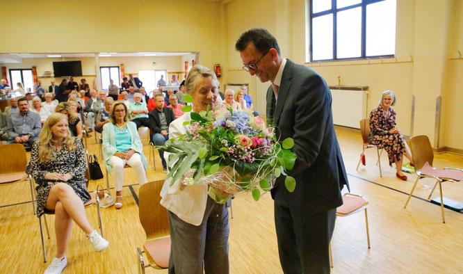 Günter Lang's Frau Ani bekam einen Blumenstrauß.