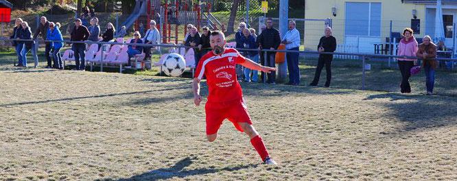 Ramadush Rexhepi spielte nach seiner Einwechslung neun Minuten engagiert, holte sich dann aber die Rote Karte ab.
