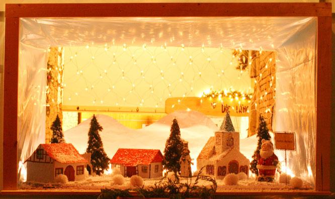 Ein Adventsfenster in Auersmacher, das von der Jungen Union gebastelt wurde.