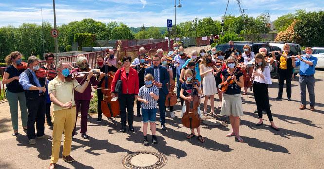 Das deutsch-französische Orchestre Symphonique SaarLorraine spielte am Samstag die Europahymne auf der Freundschaftsbrücke in Kleinblittersdorf.
