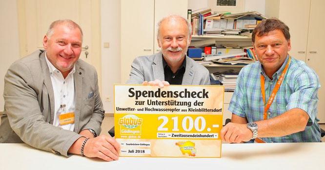 Frank Hubig, der Bereichsleiter des Globus Güdingen (links), und Peter Appel, der Globus-Werbeleiter (rechts) überreichten am vergangenen Freitag den Spenden Scheck Stephan Strichertz, dem Bürgermeister der Gemeinde Kleinblittersdorf.