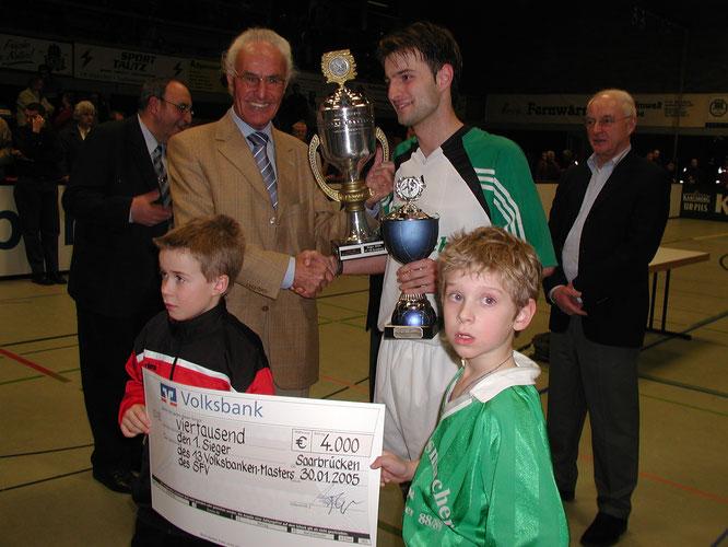 Marius und Lars als Fans beim SVA-Hallenmasterssieg im Jahr 2005. Foto: Dieter Hector.