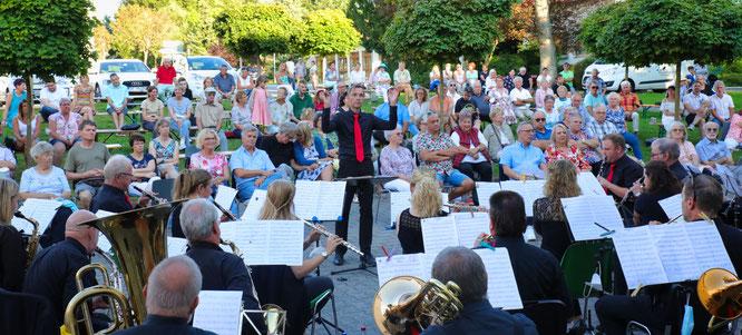 Etwa 200 Gäste kamen am vergangenen Samstag zu einem tollen Saar-Wind-Orchestra-Konzert in den Park der Barmherzigen Brüder nach Rilchingen-Hanweiler.