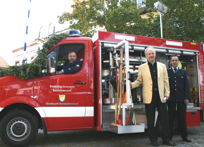 Jörg Wagner als erster Fahrer des neues Feuerwehrautos des Löschbezirks Kleinblittersdorf im Jahr 2007. Daneben der ehemalige Bürgermeister Stephan Strichertz und Feuerwehrmann Uwe Peters.