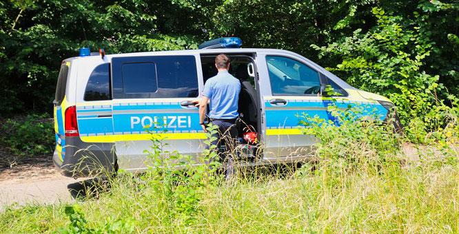 Die Polizei vernahm nur wenige Meter neben dem Brand einen Tatverdächtigen.