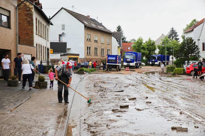 Die Bevölkerung dankte nach dem Unwetter den vielen Helfern.