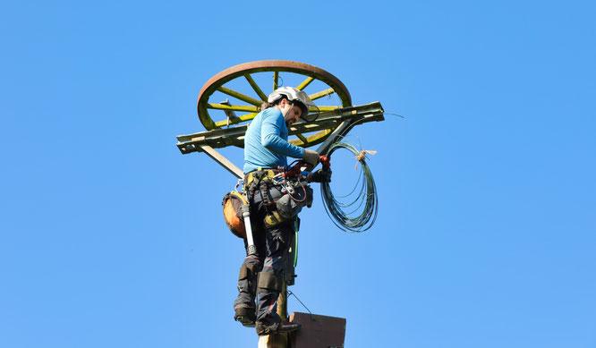 Florian Donner ist Fachagrarwirt und hat das Wagenrad wieder zentriert.