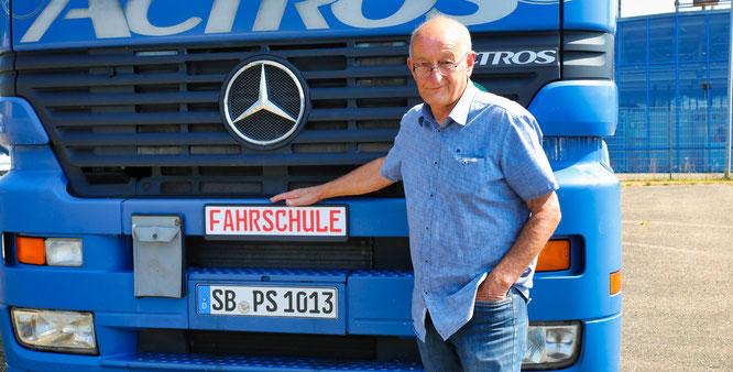 Peter Spindler hat mehr als 20 000 Menschen das Autofahren beigebracht. Heute lehrt er die Menschen immer noch LKW und Stapler fahren.