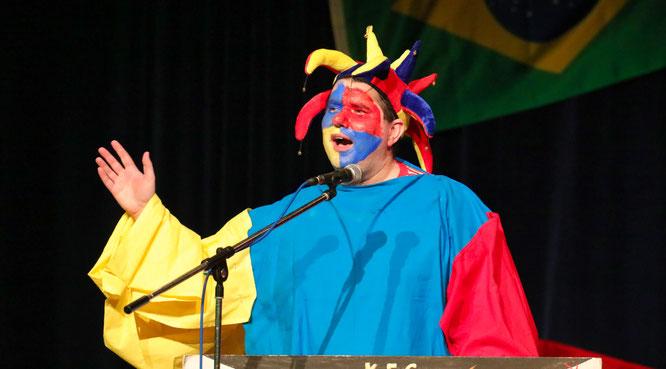 Pastor Matthias Scheer lieferte in der Bütt einen starken Auftritt ab.