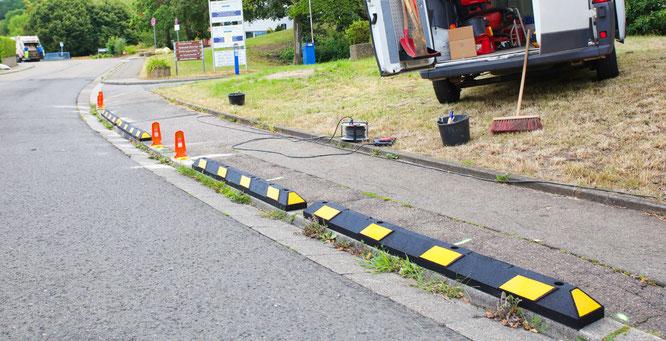 Die Bürgersteige vor der Grundschule in Kleinblittersdorf bekommen  Anfahrschwellen, damit der Schulweg nach den Ferien sicherer wird.