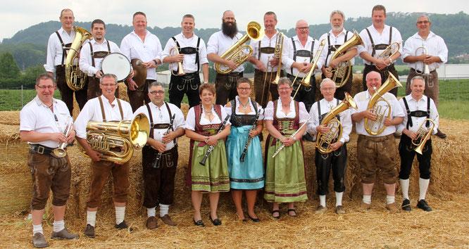Die Kuchlinger Musikenten spielen am Sonntag vor dem historischen Rathaus in Kleinblittersdorf.