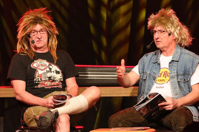 Thomas Huster (links) und Rigobert Dressel arbeiteten als Friseurkunden mit viel Humor die Ereignisse des Jahres in der Gemeinde Kleinblittersdorf auf.