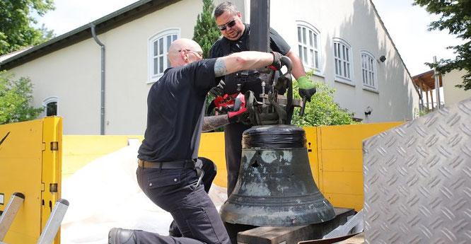 Die Naziglocke in Rilchingen-Hanweiler ist Geschichte. Am Freitag wurde die Glocke der Evangelischen Kirche anmontiert.