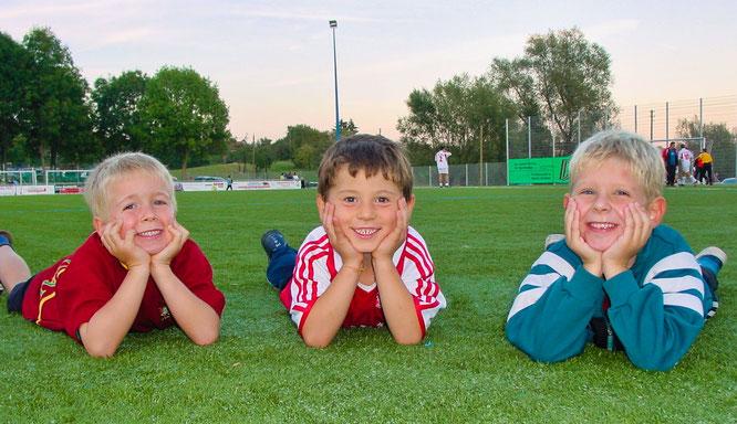 von links: Marius Schley (6 Jahre), Paolo Valentini (5 Jahre) und Lars Birster (5 Jahre) bei der Eröffnung des Kunstrasenplatzes im Jahr 2003 in Bliesransbach.