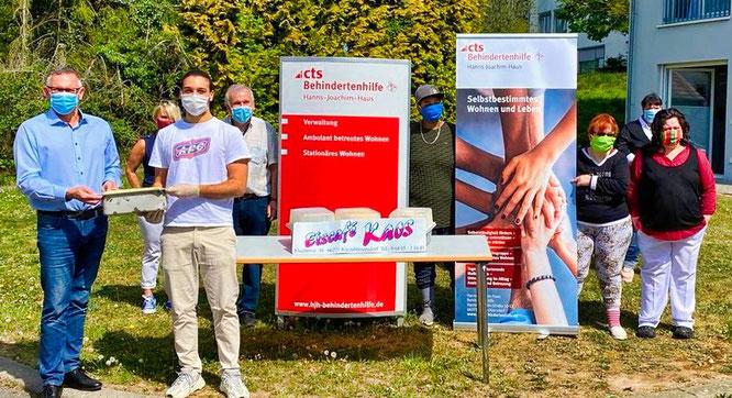 Raffaele Siciliano, Junior-Chef des Eiscafés übergibt das Eis an Marc Schmitt, den Einrichtungsleiter des Hanns-Joachim-Hauses.