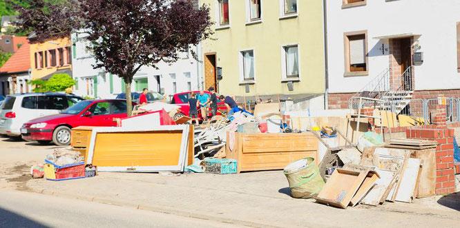 In Kleinblittersdorf stehen die Straßen voll mit Müll