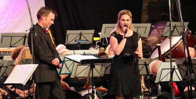 Dirigent Stefan Zimmer und Moderatorin Sarah Walter