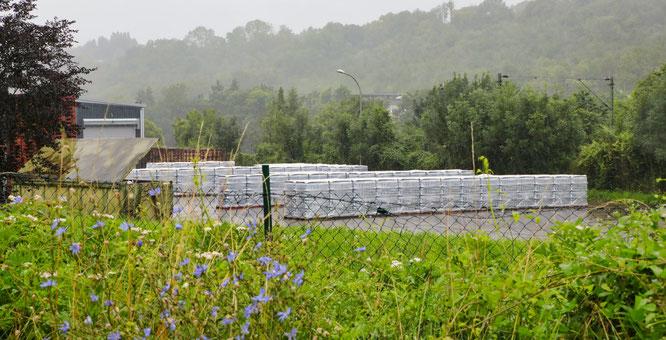 Abgepackte Wasserflaschen auf dem Gelände der Firma in Rilchingen-Hanweiler.