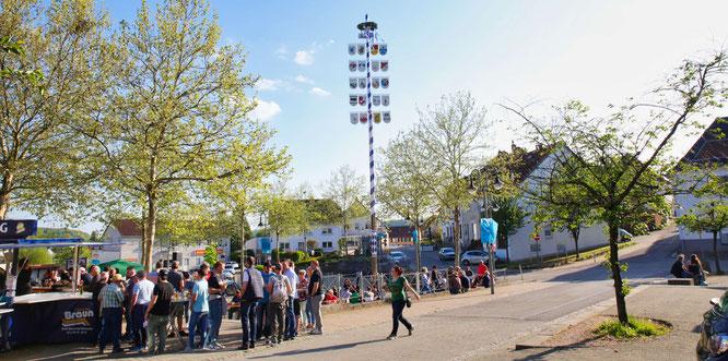 Der Jugendclub stellte am Mittwoch den Maibaum in Bliesransbach auf.